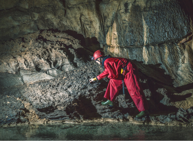 Geologist Exploring Caves Deep Underground 155417571 3000×2000